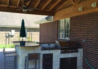 outdoor-kitchen-w-rope-light-granite-counter-top