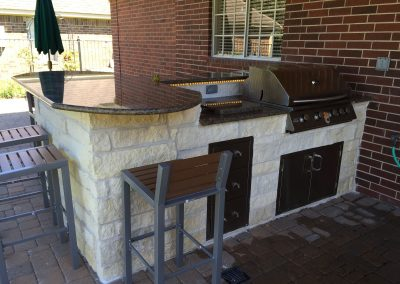 outdoor-kitchen-w-rope-light-under-backsplash-bar